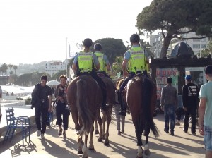 Arrivée sur la croisette : à cheval, les collègues, bien montés, de notre blablacareuse !