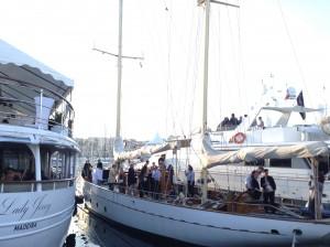 un voilier parmi les yachts