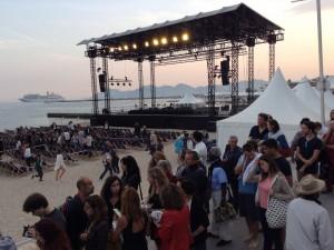 la foule accourt sur la plage...